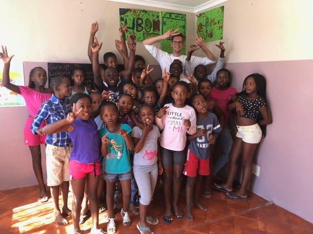 Die Township-Kinder posieren mit Reporter Andreas Hobi