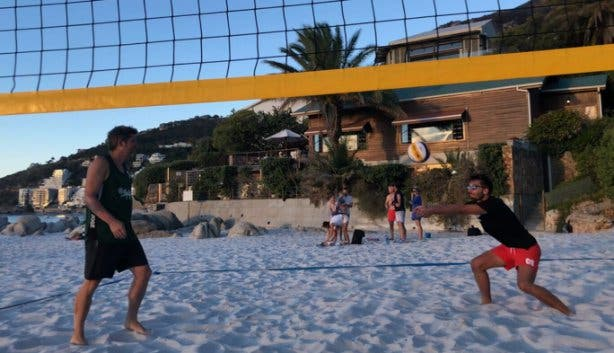 Christoph Streicher spielt Volleyball am Clifton Strand