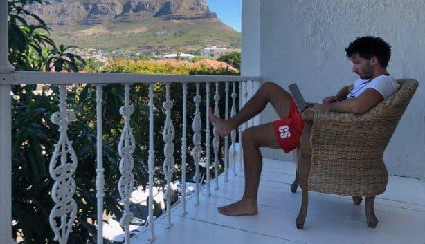 Christoph Streicher arbeitet mit Blick auf den Tafelberg