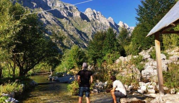 Christoph und Adrian mit Blick auf einen Berg
